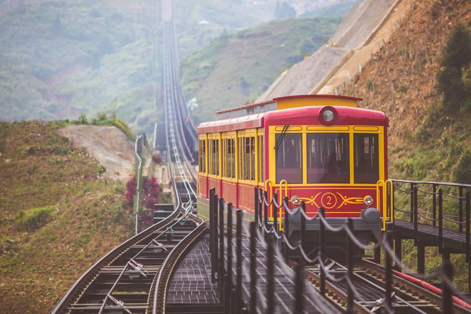 Tàu hỏa leo núi Mường Hoa là kì tích xuyên núi, rẽ rừng