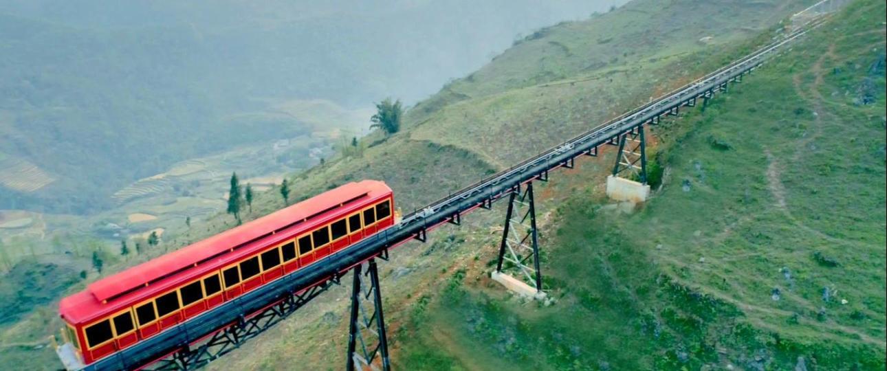 Tàu hỏa leo núi Mường Hoa đi qua thung lũng Mường Hoa