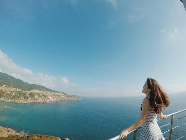 Cảnh sắc đất trời hùng vĩ khi đứng trên ngọn Hải đăng Cô Tôchũng ta sẽ trông thấy