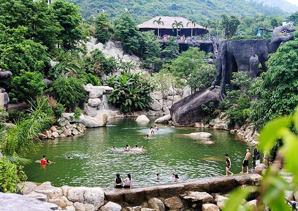 bể bơi nước nóng suối khoáng nóng núi thần tài